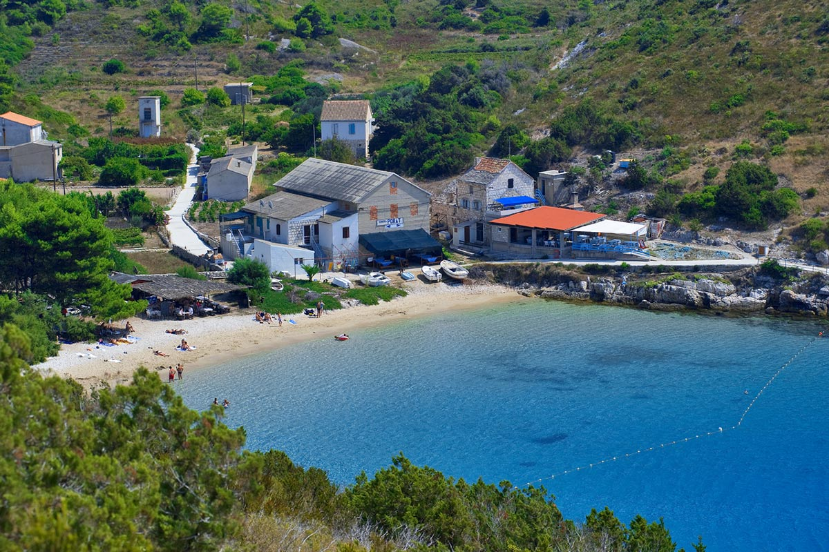 Porat bay with its beautiful sandy beach and tavern Porat
