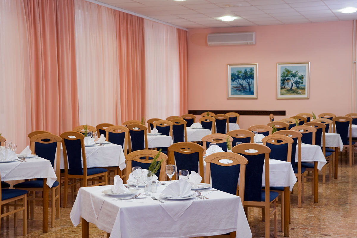 The dining room of the restaurant at Hotel Biševo